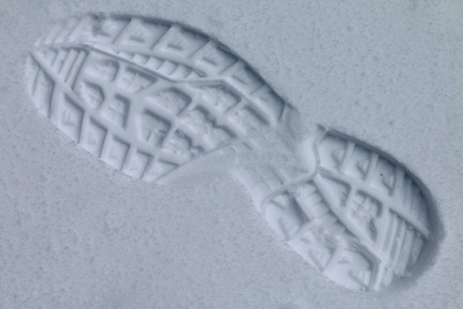 Futócipő lábnyoma a hóban felülről